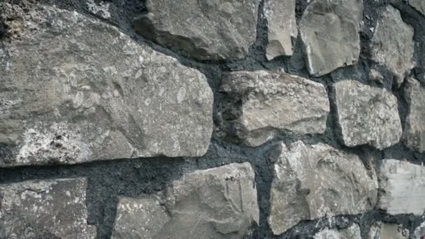 Klouzavý záběr na starou skalní stěnu