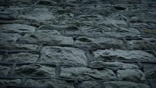 Zavedení kamenné zdi pohybující se snímek s nízkým úhlem