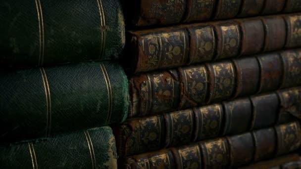 Předávání velmi starých knih v knihovně