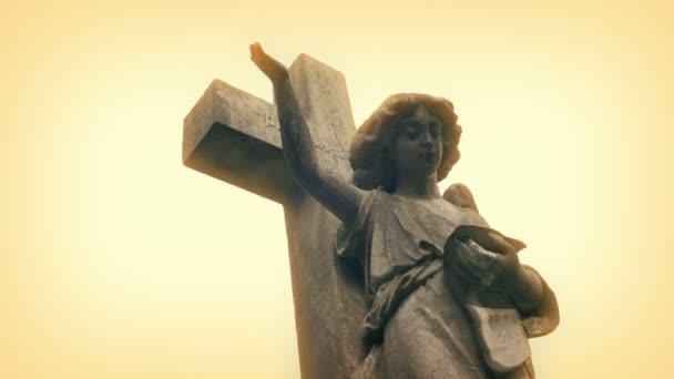 Andělská socha ve zlaté záři