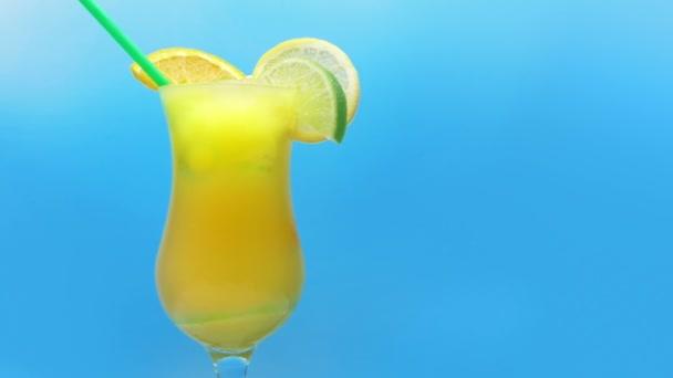 Ízletes egzotikus koktél ital gyümölcsszeletekkel