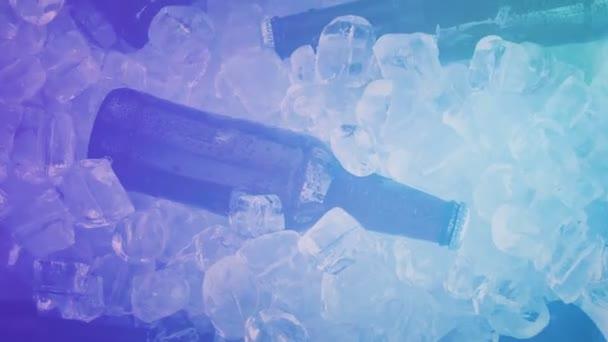 Bierflaschen auf Eis bei Party mit buntem Rauch