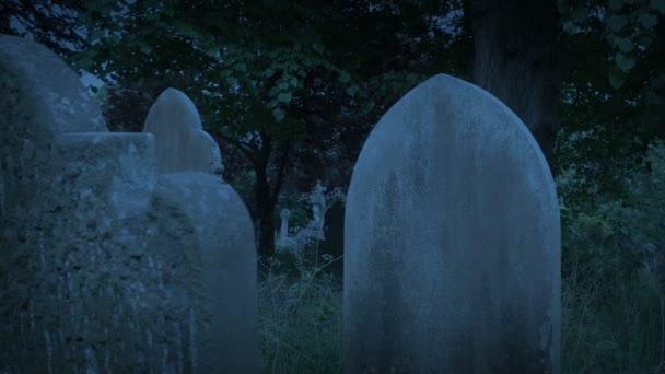 Langsam bewegen zwischen Gräbern am späten Abend