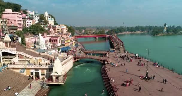 Přední letecký Sweep Of Har Ki Pauri, Haridwar, Uttarakhand, Indie ukazuje Ganga Ghat, Holy River Ganga, poutníci v Ganga Ghat a mosty přes řeku Ganges