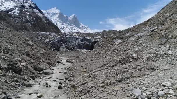 Gomukh oder Gaumukh Uttarakhand, IndiaGomukh ist die Endstation oder die Schnauze des Gangotri-Gletschers und die Quelle des Bhagirathi-Flusses, einem der wichtigsten Nebenflüsse des Ganges.