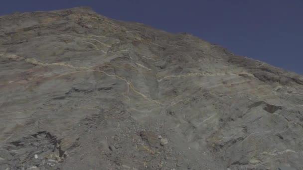 Blick auf den Gangotri-Gaumukh Trek mit Wanderern. Trek führt Sie zu Gomukh (Kuhmund), der mythologischen Quelle des Ganges, die sich an der Mündung des Gangotri-Gletschers befindet.