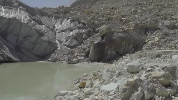 Gomukh, etwa 18 km von der Stadt Gangotri entfernt, ist die Quelle des Bhagirathi-Flusses, einem wichtigen Nebenfluss des Ganges. Der Gangotri-Gletscher ist ein traditioneller hinduistischer Pilgerort..
