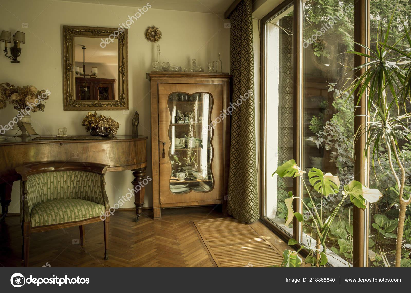Antieke interieur van een oud huis u stockfoto mikolajn