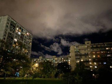 Kiev 'deki yüksek katlı eski evler.