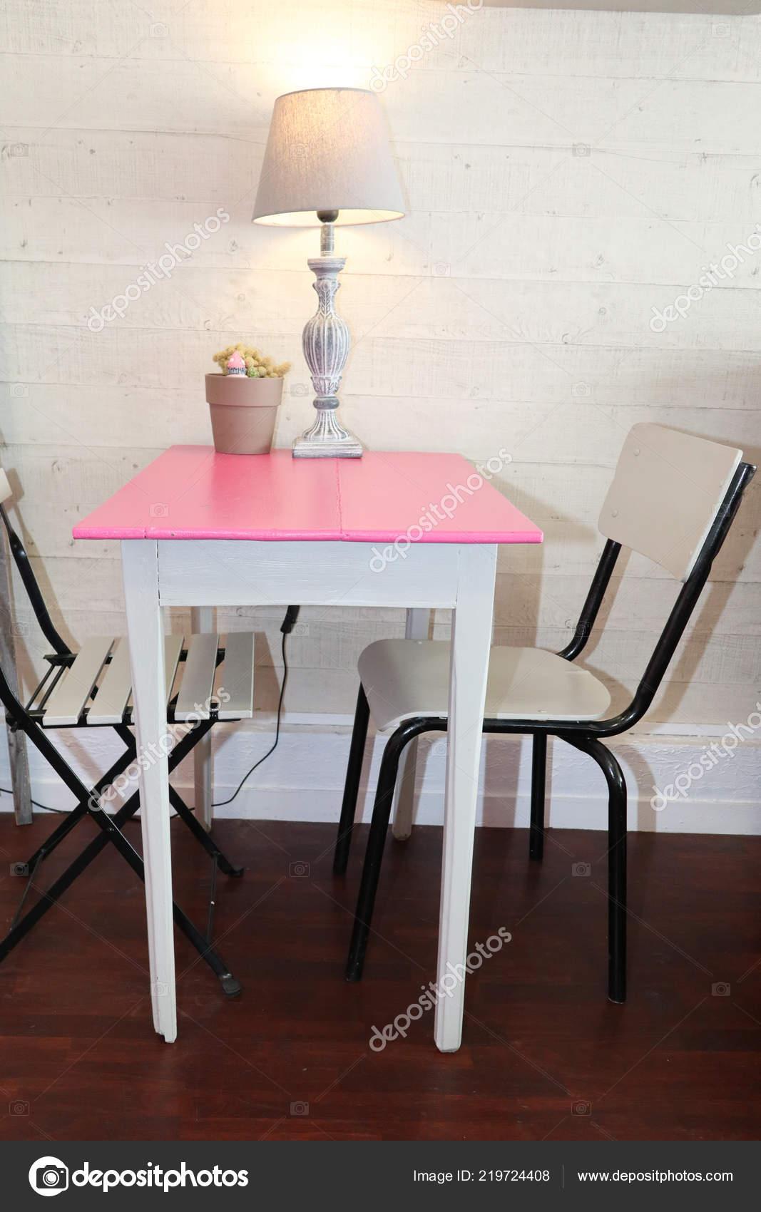 Petite Cuisine Table Deux Chaises Dans Concept Minimaliste