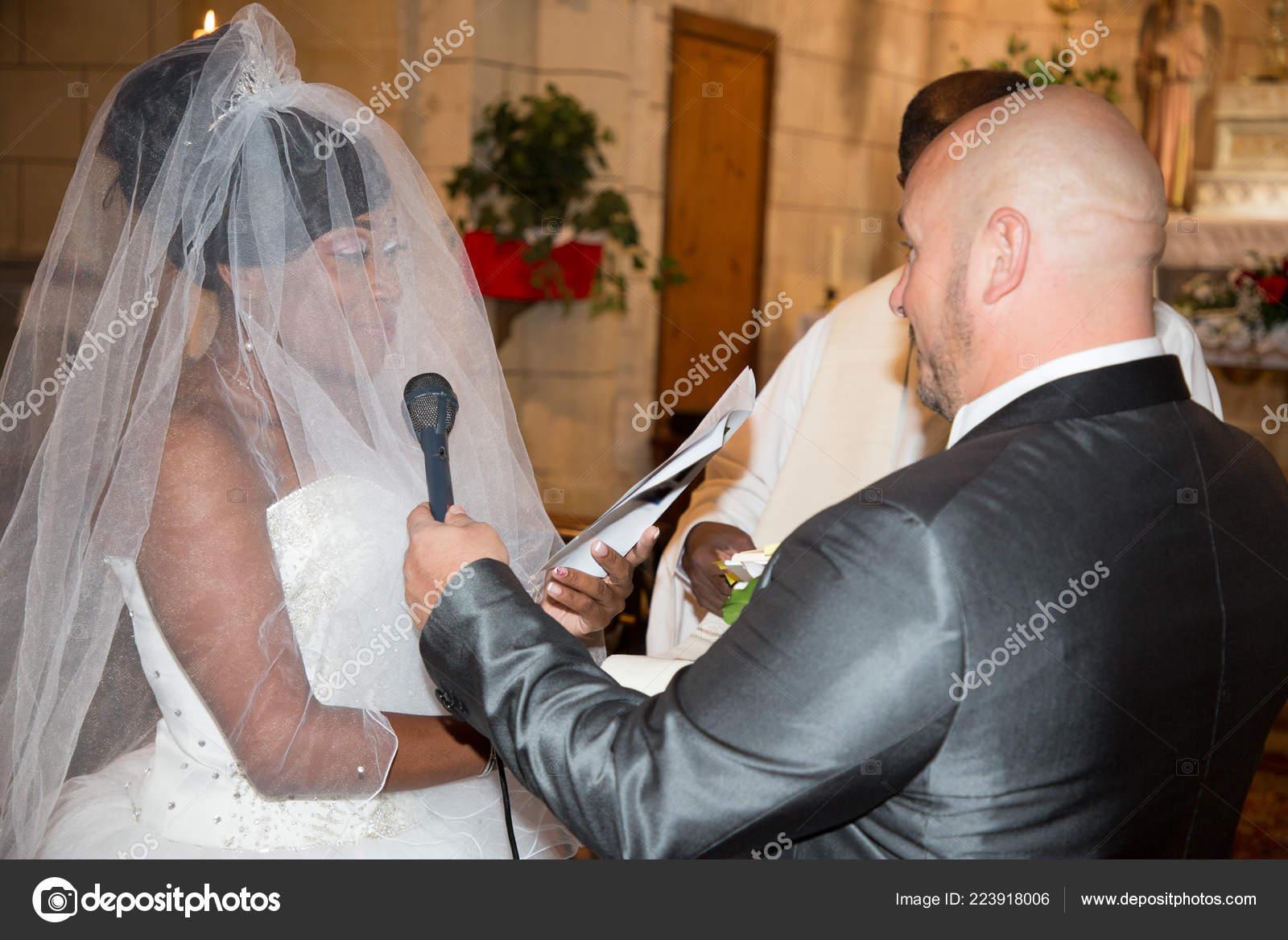 b8ccfe5f60 Kevert esküvői kaukázusi Férfi és fekete nő interracial pár, csere gyűrűk,  egyházi szertartás, és azt mondják: igen — Fotó szerzőtől ...