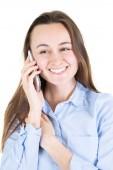 Fiatal nő boldog beszélő smartphone mobiltelefon használata