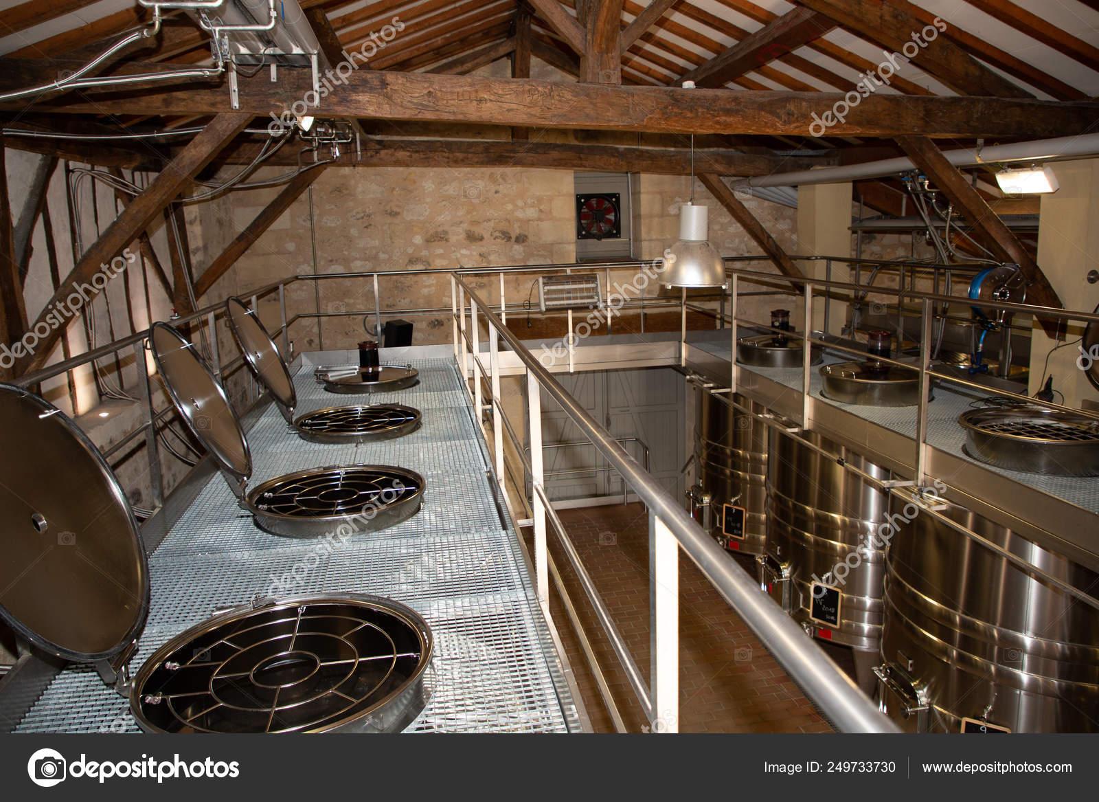 Usine Vin Moderne Avec Nouveaux Grands Réservoirs Pour ...