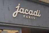 Bordeaux, Aquitanien / Frankreich - 08 25 2020: Jacadi Paris Logo Text und Schild vor Bekleidungsgeschäft für Kinder