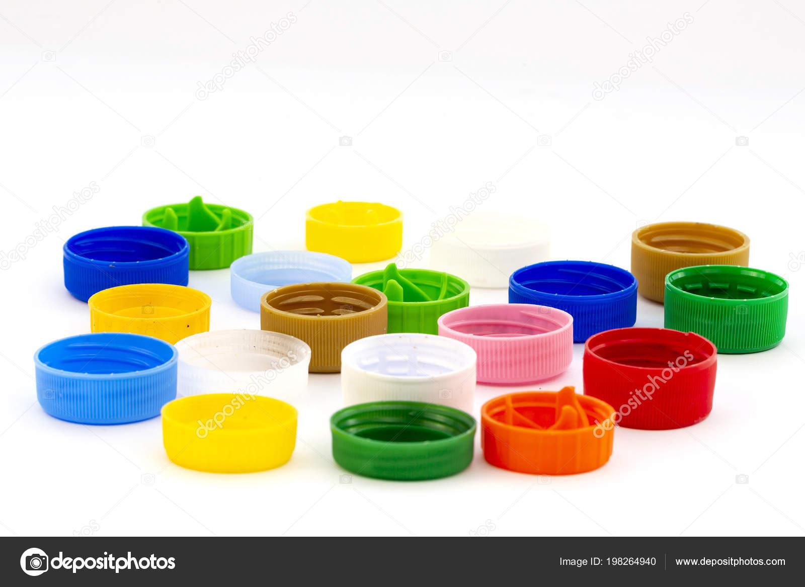 Tapas de botellas de plástico colorido. Estudio de disparo. Residuos de  plástico. Aislado sobre fondo blanco — Foto de Belish 7683ba9df266