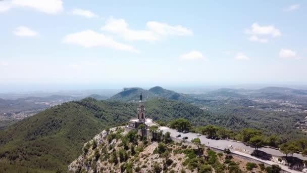 Antenne: die Christusstatue auf dem Berg des Heiligen Salvador auf Mallorca, Spanien