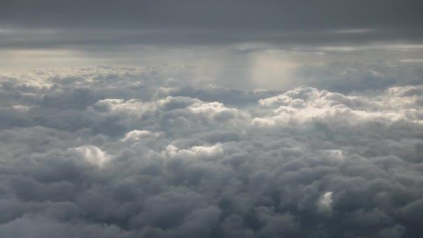 Prostor mezi horními a dolními mraky vysoko na obloze, pohled z okna letadla