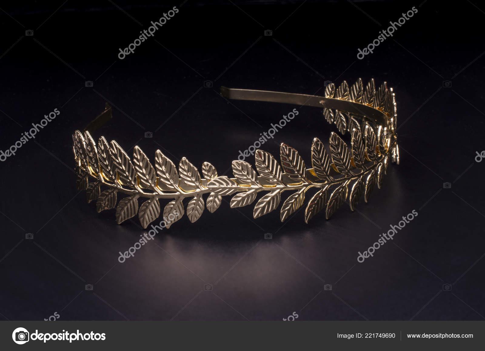 Zlatý Vavřínový Věnec Čelenka Izolované Černém Pozadí — Stock fotografie 00940cfa20