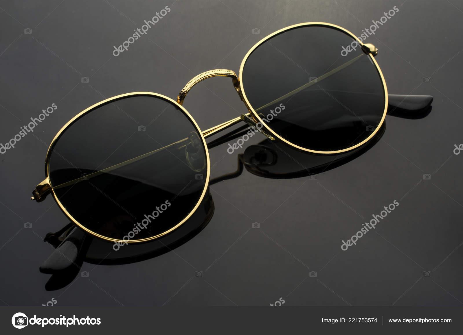 b9dd774973f035 Ronde Zonnebril Geïsoleerd Zwart — Stockfoto © vi0222  221753574