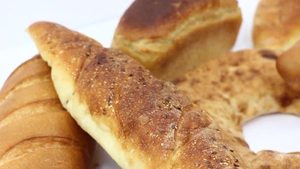 Nahsicht auf leckeres frisches Sortiment mit Gebäck und Brot auf weißem Tisch