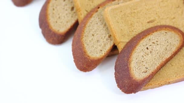 közelkép, változatos ízletes friss kenyér darab fehér asztalon