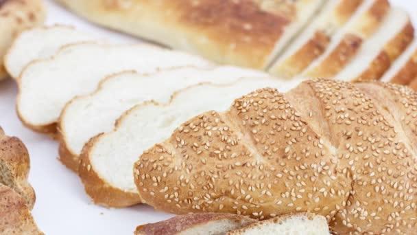friss szeletelt kenyér és zsemle fehér asztalon