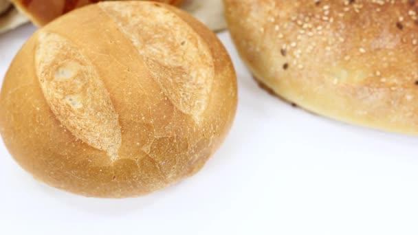 zblízka pohled na lahodný čerstvý sortiment s pečivem a chlebem na bílém stole