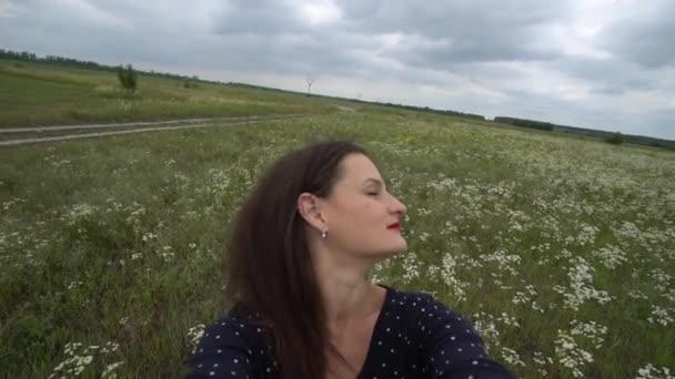 Usmívající se žena dělat selfie foto na mobil.