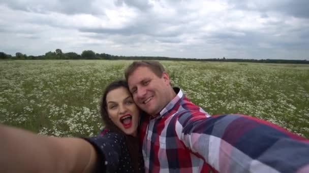 Romantický šťastný pár v lásce focení na telefonu v přírodě