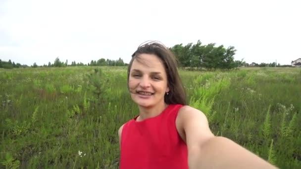 Krásná žena vezme selfie video pomocí smartphone venku