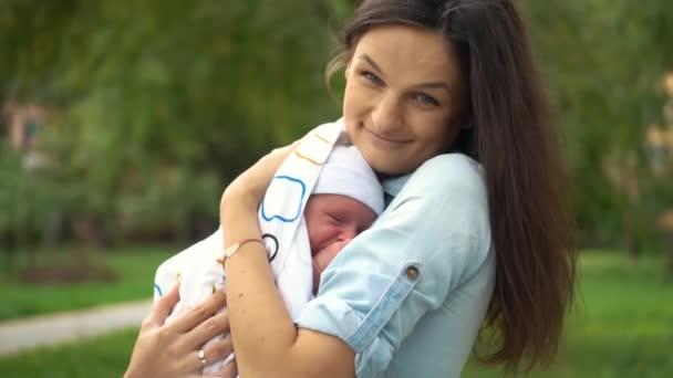 Mutter und ihr Neugeborenes. glückliche Mutter mit ihrem Baby. Mutterschaftskonzept.