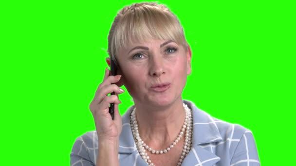 Detailní záběr hezká žena mluvila na smartphone