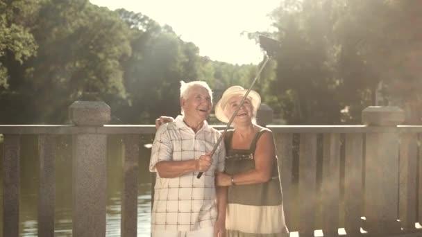 Coppia di anziani prendendo un selfie carino.