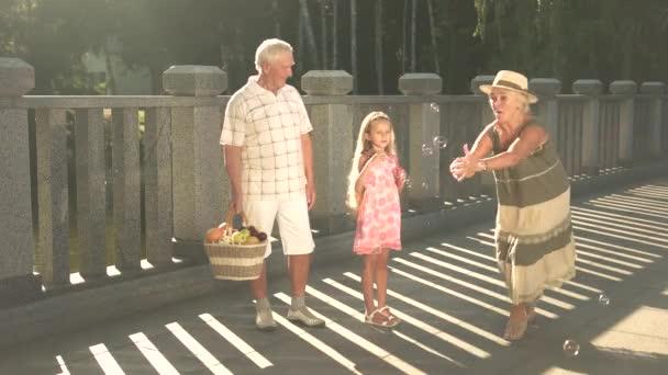 Seniors with grandchild going on picnic.