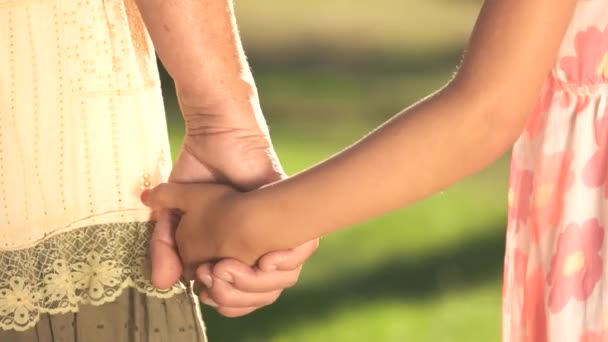 babička a vnučka, drželi se za ruce.