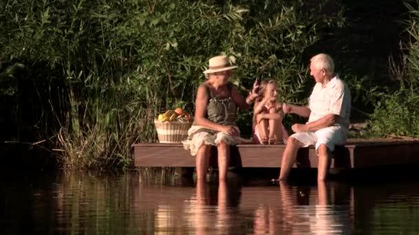 Vnučka a dědeček hrát hry venku