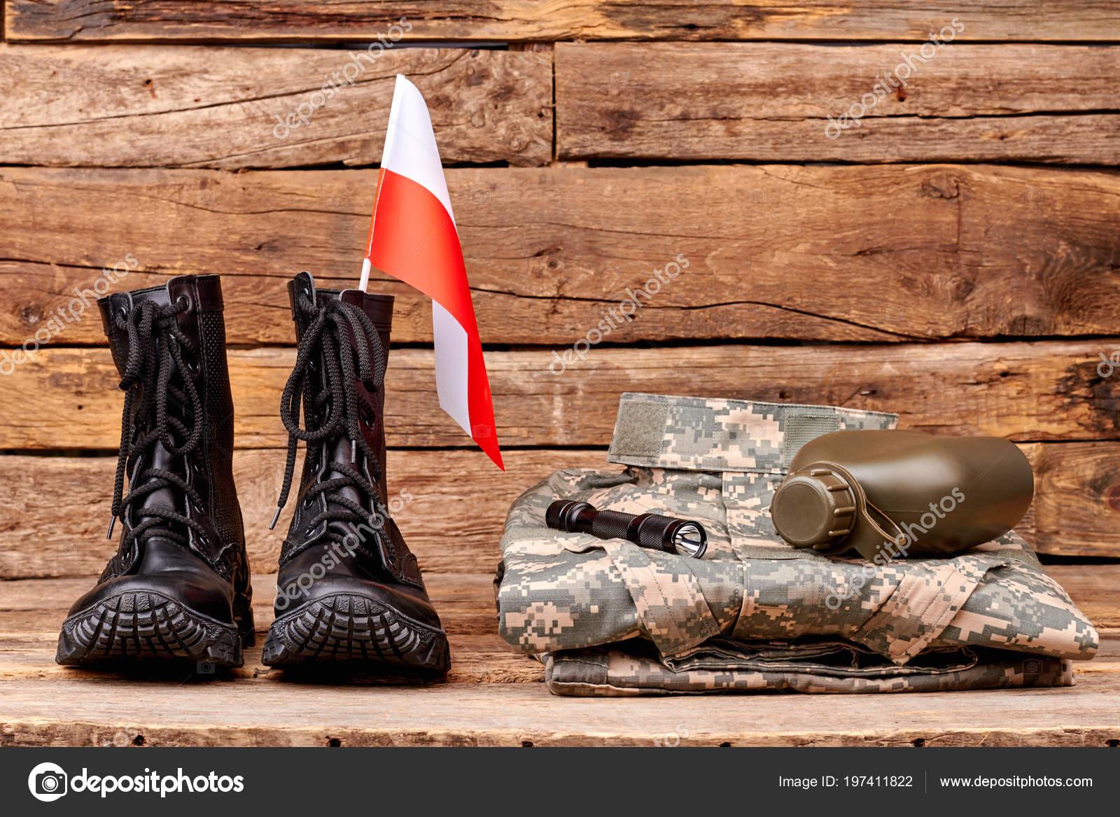 23d7c63c0d72 Polsko armáda voják uniforma s vlajkou