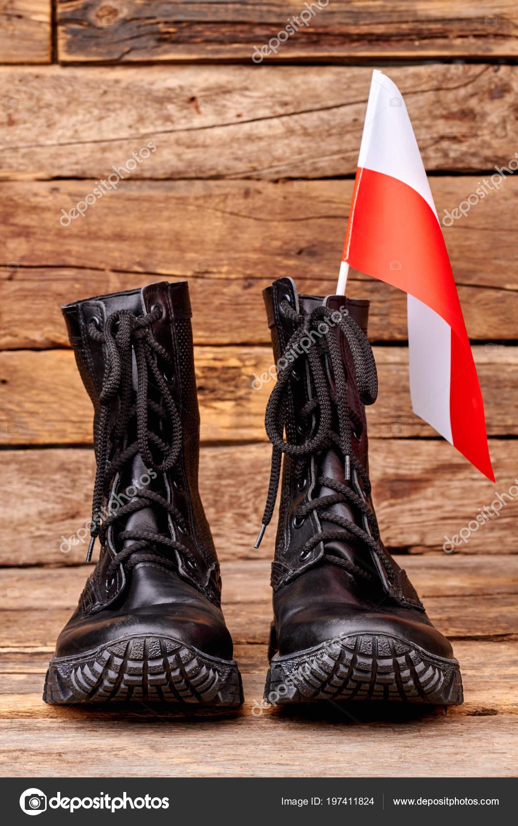 4d926b1c11b4 Bojové boty s vlajkou Polska. Polské vlajky a obuv. Dřevěné pozadí —  Fotografie od ...