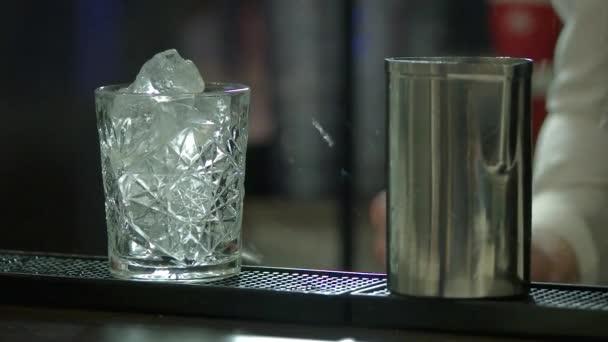 Közelkép a jég és a fém shaker üveg.