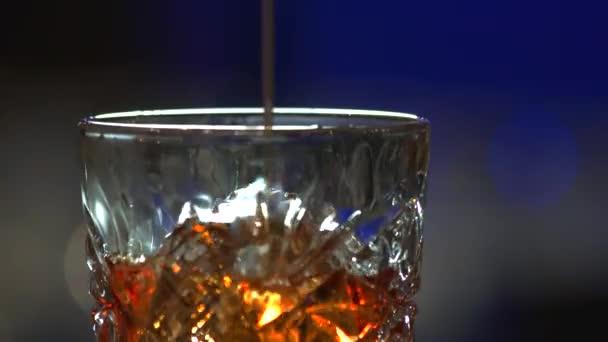 Kiöntés, whiskyket, zár-megjelöl