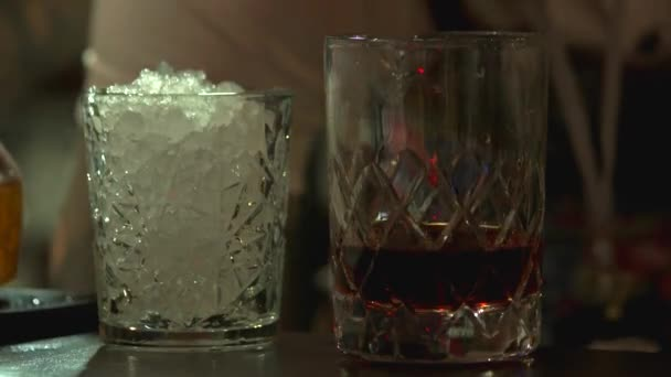 Add ice, egy lövés, brandy és whiskey.