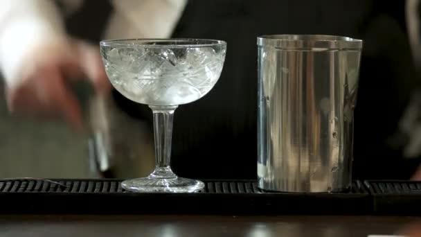 Kristály pezsgős pohár és shaker, közelről.