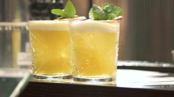 Gelbe Cocktail Gläser. Getränk aus der Bar Theke