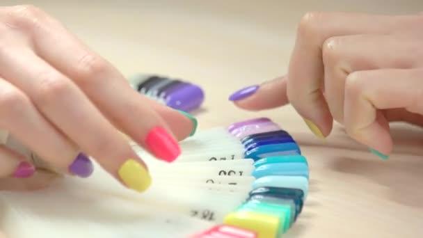Žena výběru purpurové nehty ukázka.