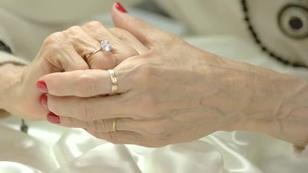 Žena prsty dotýká prsten na ruce.