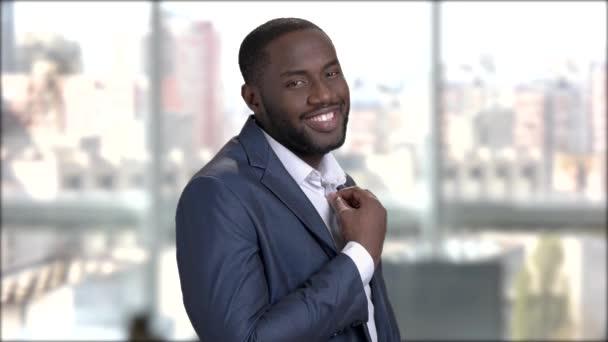Fekete mosolygó macho férfi ingét beállítása