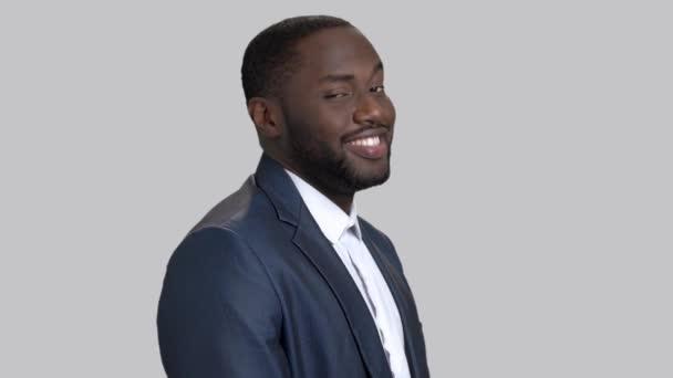 Radostné afro-american podnikatel na šedém pozadí