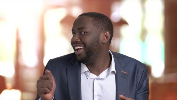 Vicces afro-amerikai üzletember portréja