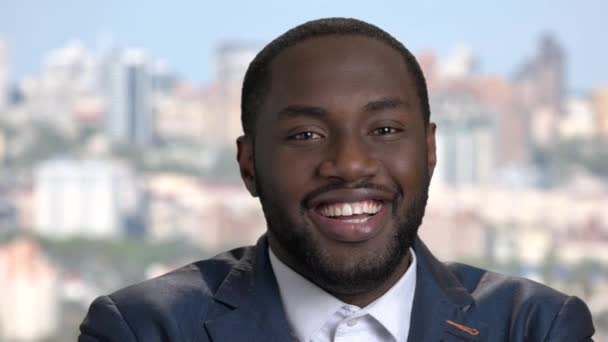 Játékos afro-amerikai üzletember közelről.