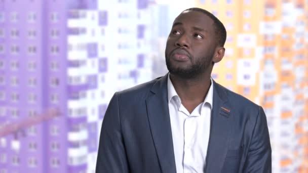 Átgondolt afro-amerikai üzletember elmosódott háttér